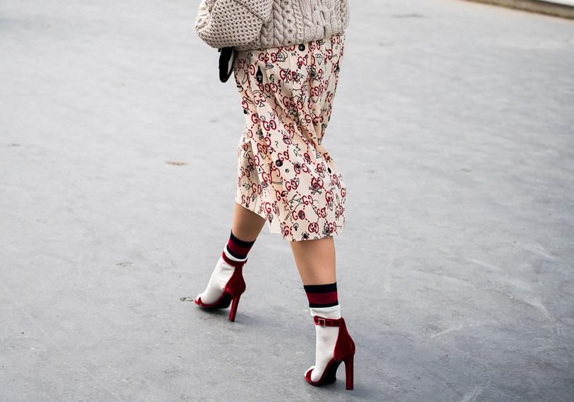 sandali con calzini bianchi